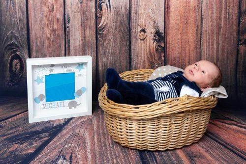 Babyshooting mit Holzhintergrund
